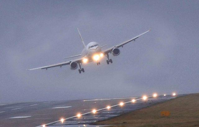 Взлет и посадка самолета при сильном боковом ветре: при какой скорости порывов не летают пассажирские лайнеры, сдвиг направления в авиации