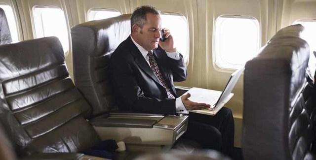 Почему в самолете нельзя пользоваться телефоном: зачем выключать, чем опасен, можно ли разговаривать, для чего включать авиарежим