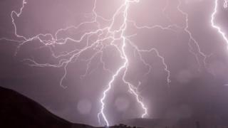 Попадание молнии в пассажирский самолет: что будет при попадании разряда, летают ли в дождь и грозу