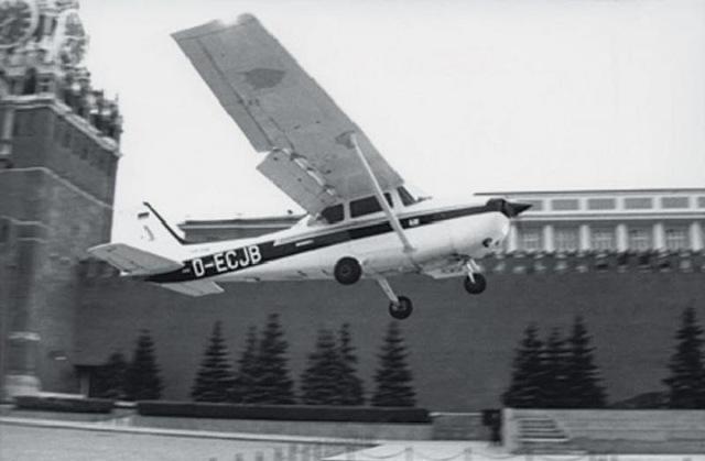 Самолет с Матиасом Рустом приземлился на Красной площади в 1987 году: биография пилота, описание исторического факта
